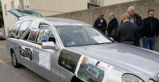 La protesta delle imprese funebri a Reggio Calabria