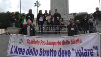 Reggio in piazza a difesa dell'aeroporto: «Via i partiti dalla gestione»