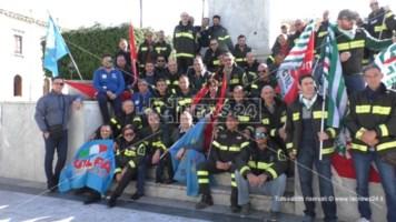 Reggio, vigili del fuoco in piazza: «Basta elemosina dal Governo»