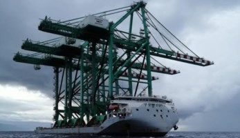 Le gru al porto di Gioia Tauro