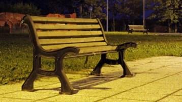Dorme su una panchina per lavorare, la ditta: «È assente da più di un mese»