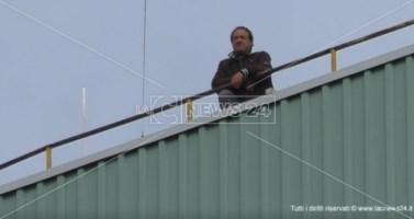 Da due giorni sul tetto della centrale Enel per chiedere lavoro: nessuna soluzione