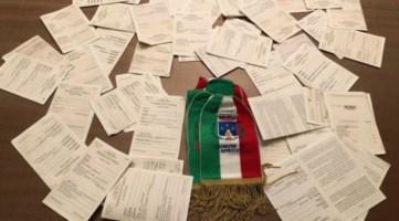 Africo sciolto per mafia, ex sindaco e cittadini consegnano le tessere elettorali