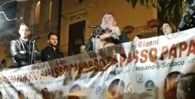 """Spopola il """"politico"""" di Cassano che promette «cchiu pilu pi' tutti»"""