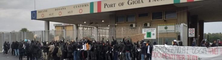 """""""Documenti per tutti"""", protesta dei migranti al porto di Gioia Tauro: c'è anche un ferito"""