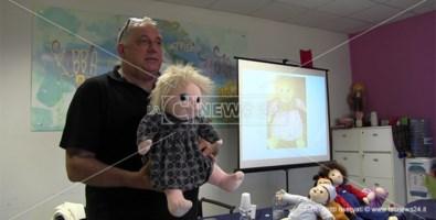 Una bambola per ritrovare se stessi, ecco la terapia contro le demenze