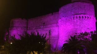 Il castello aragonese si tinge di rosa