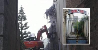 Un momento della demolizione e lo storico ingresso