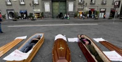 Bare e finti cadaveri davanti al municipio: protestano i seppellitori