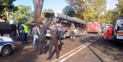 Autobus di linea contro un albero a Roma: 29 i feriti