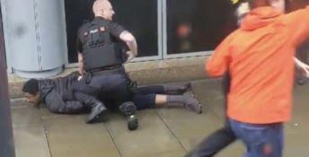 Accoltella persone a caso in un centro commerciale, paura a Manchester