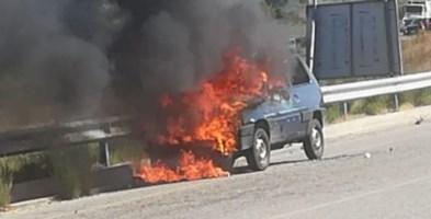 L'auto in fiamme - Foto Vigili del fuoco