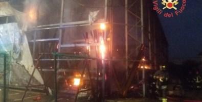 Incendio distrugge un negozio di bricolage sulla statale 106 a Squillace