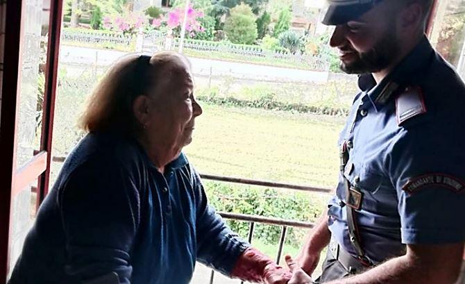 L'anziana ringrazia il comandante della Stazione carabinieri di Briatico