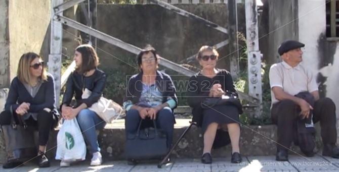 I viaggiatori attendono su un muretto