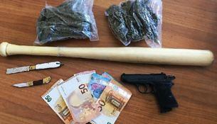 Droga, coltelli e mazza da baseball sequestrati a Crotone