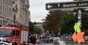 Entra in prefettura e accoltella gli agenti: strage nel cuore di Parigi