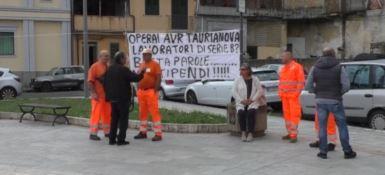 Senza stipendio da due mesi, protestano gli operai dell'Avr di Taurianova