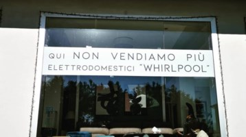 «Qui niente prodotti Whirlpool», negozio cosentino al fianco degli operai napoletani