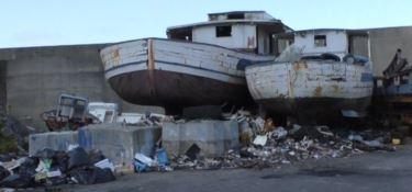Il porto di Bagnara senza gestione e pieno di rifiuti, pescatori sul piede di guerra