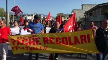Rifiuti, i comuni non pagano e gli operai rimangono senza stipendio: proteste a Siderno