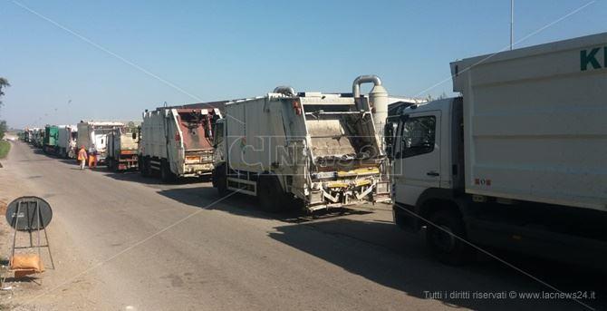 I camion in fila davanti ai cancelli della Calabria Maceri