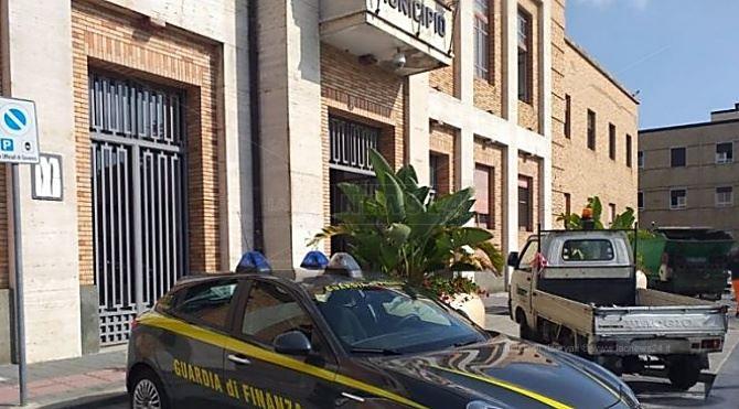 Un'auto della finanza davanti al municipio di VIbo