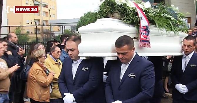I funerali delle giovani vittime a Cosenza