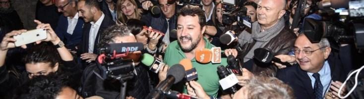 L'assalto dei cronisti a Matteo Salvini (foto Ansa)