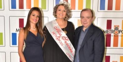 """da sinistra, Natasha Fato, Annalisa Mazzuca """"Miss Suocera 2019"""" e Paolo Teti"""