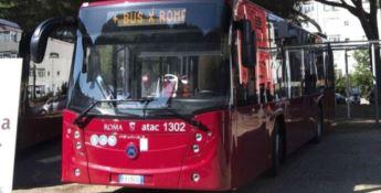 L'autista del bus li rimprovera: otto ragazzi lo pestano a sangue
