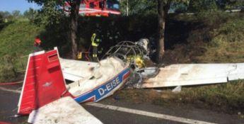 Aereo da turismo precipita e prende fuoco: morta una ragazza, tre feriti