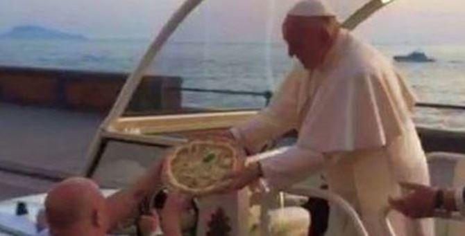 La consegna della pizza al Papa
