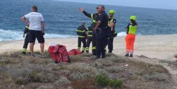 Precipita in mare per scattare una foto, morto un uomo