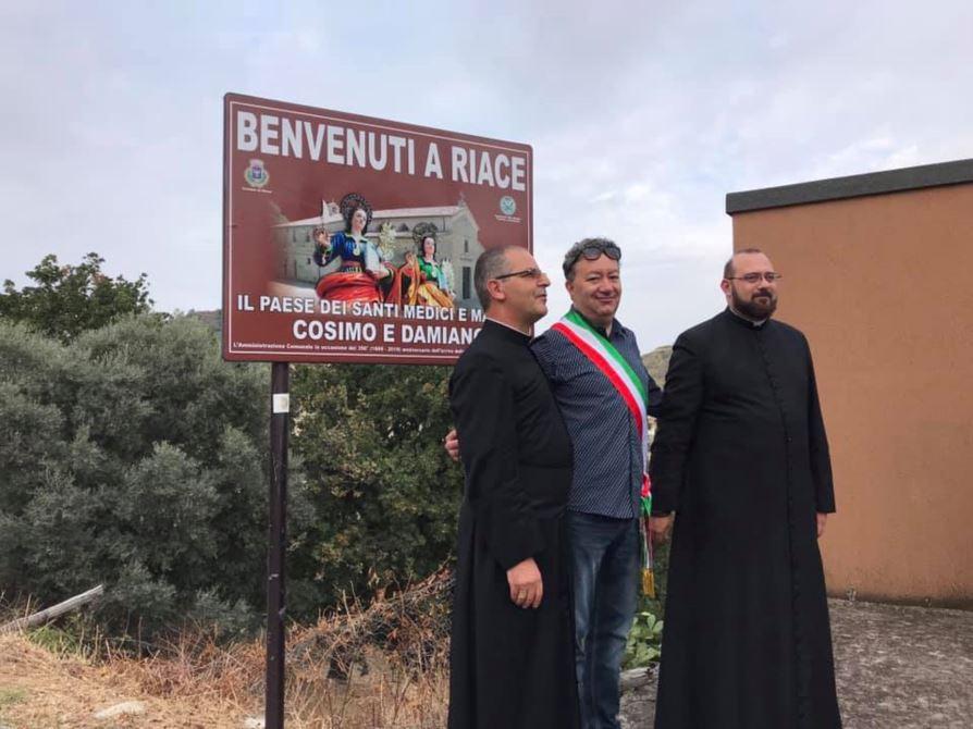 L'inaugurazione del nuovo cartello di benvenuto a Riace