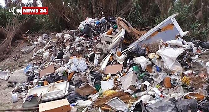 Cataste di rifiuti nel Reggino