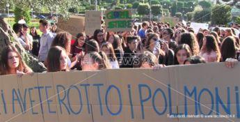 Clima, migliaia di studenti in piazza a Catanzaro: «Ci avete rotto i polmoni»