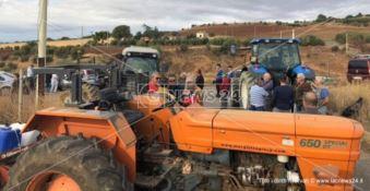 No all'ampliamento della discarica di Cassano, agricoltori bloccano l'accesso