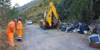 Le gru a lavoro per rimuovere i rifiuti