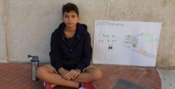 Dodicenne manifesta solo in piazza per il clima, il sindaco: «Un eroe»