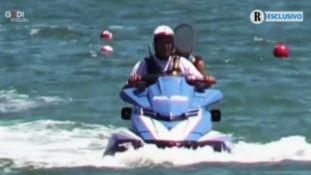 Il figlio di Salvini sulla moto d'acqua della Polizia