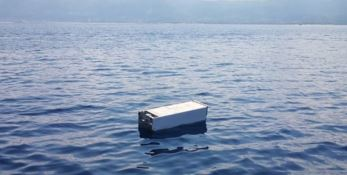 Al largo del porto di Vibo Marina galleggia... un frigorifero
