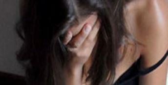Le chiede aiuto e la violenta: fermato 26enne già condannato per stupro