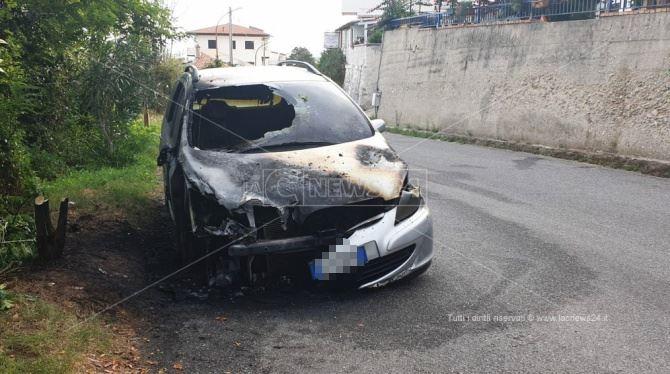 Auto distrutta dalle fiamme a Tropea