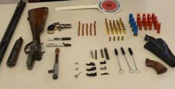 Nascondeva un arsenale sotto il letto: arrestato 54enne a Gioia Tauro