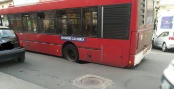 Cosenza, si apre una voragine in centro. Autobus dell'Amaco intrappolato nell'asfalto