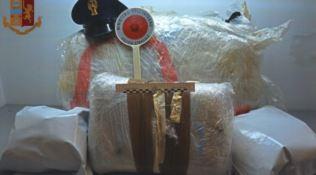 In viaggio con 28 chili di marijuana, arrestato dalla polizia stradale