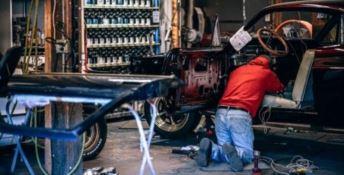 Riparava un'auto d'epoca rubata: denunciato carrozziere a Castrovillari