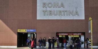 Accoltella alla gola un vigilante e poi si suicida: orrore nella metro di Roma
