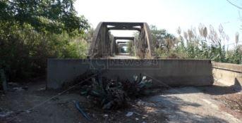 Ponte chiuso da dieci anni a Lamezia, imprenditori e cittadini: «Riapritelo»